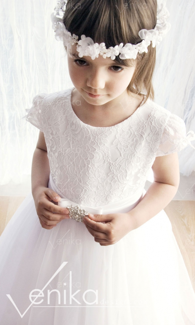 Communion dress with tulle and broch