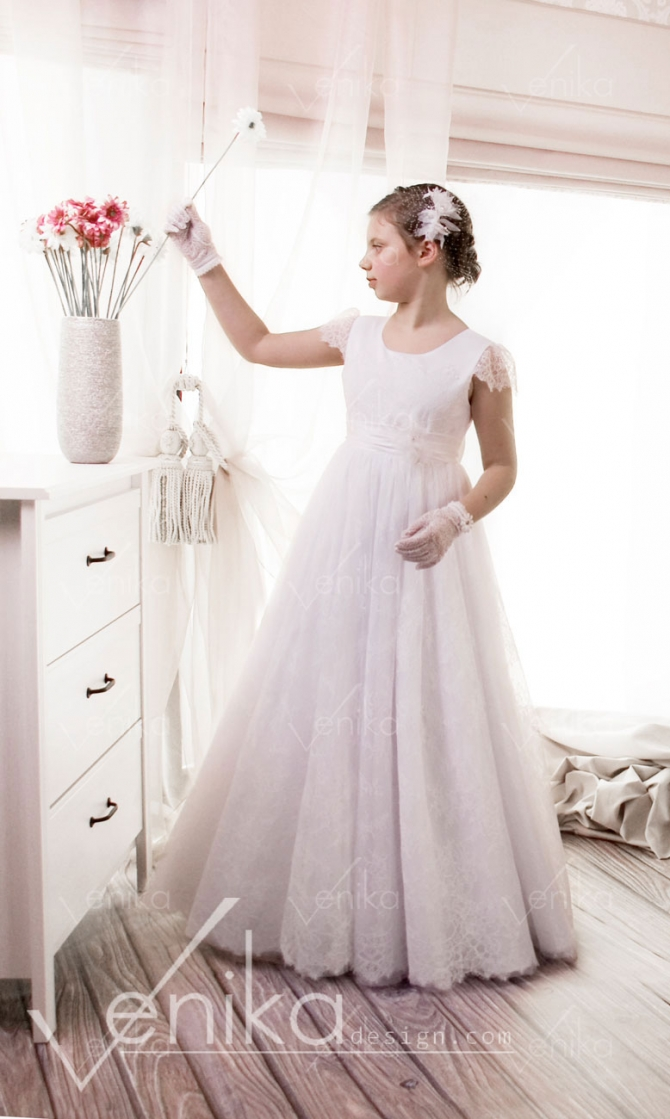 Communion dress with delicate lace and tulle